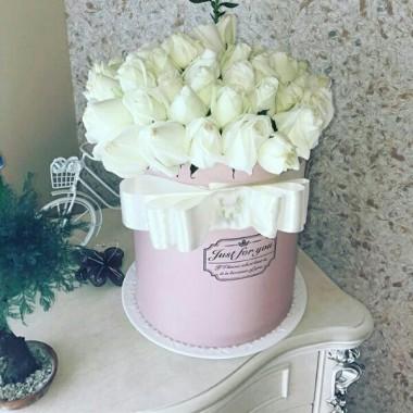 51 троянда в коробці