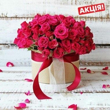 Кущові рожеві троянди в коробці