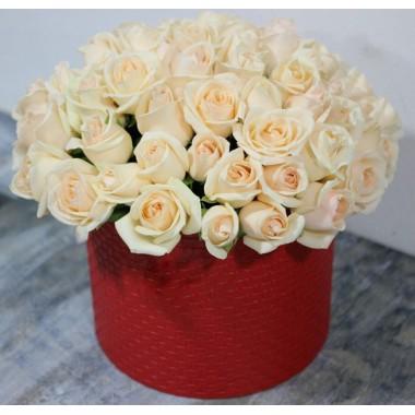 39 кремових троянд в коробці