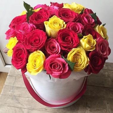 29 кольорових троянд в коробці